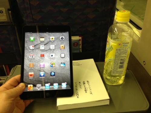 通勤のお供はiPad mini。新聞も電書アプリで購読。